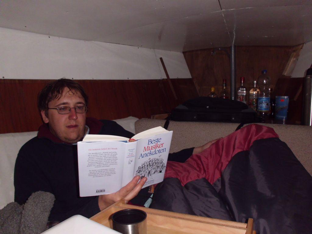Mischa beim Lesen