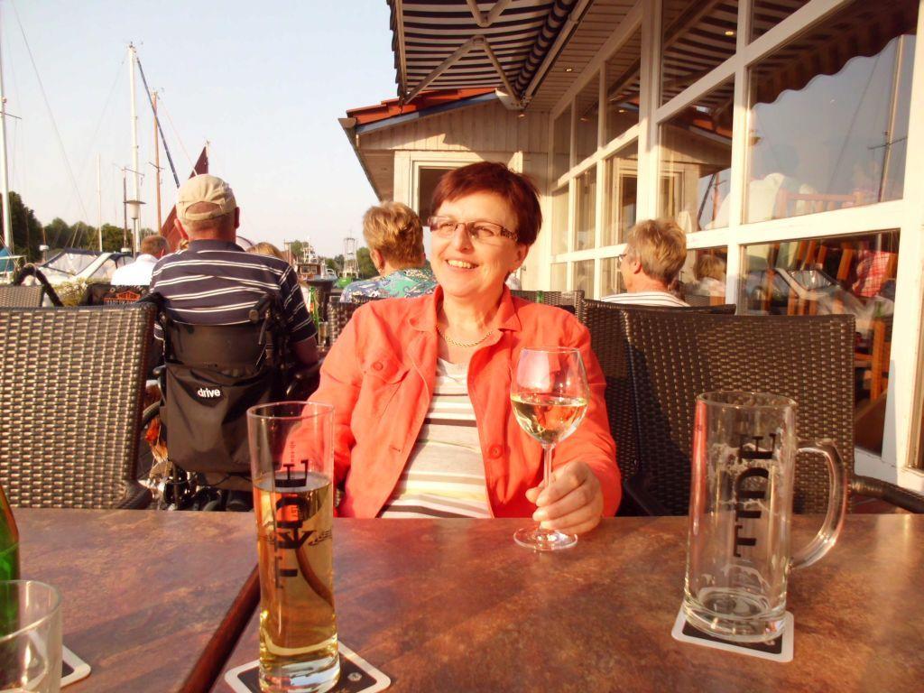 Regina genießt Sonne, Wein und Fischbuffet