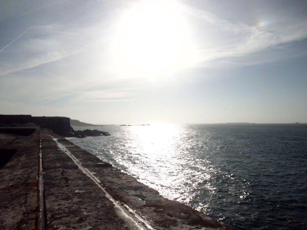 Sonnenuntergang am Wellenbrecher