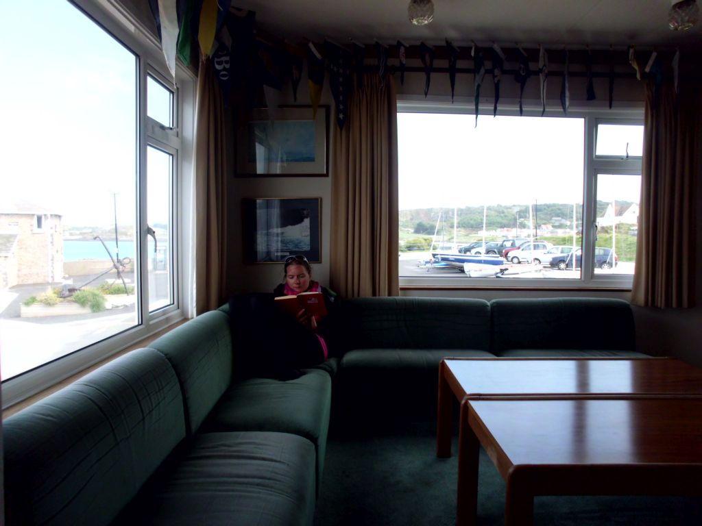 Jaqueline entspannt im Clubhaus des Segelvereins