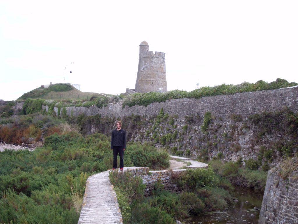 Rundweg um das Fort de La Haugue auf der Mauer