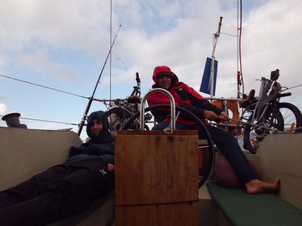 Regenschauer am Weg nach Arrecife; die Segelstellung passt trotzdem immer
