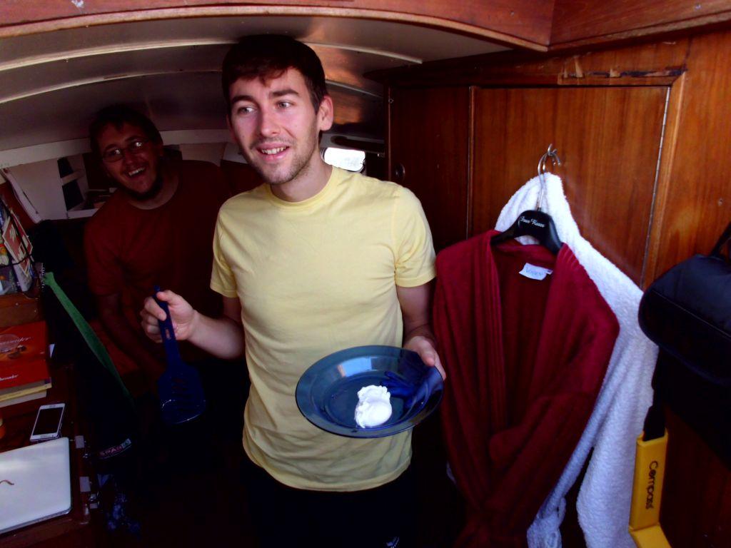 Simon lernt uns, wie man fachgerecht Eier pochiert... keine Ahnung wie wir bisher ohne ausgekommen sind