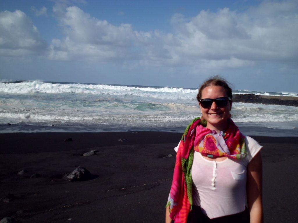 Jaqueline am schwarzen Strand von Teneriffa