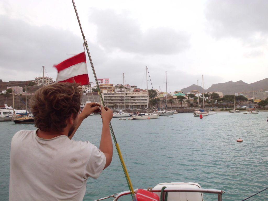 Die zerschlissene Nationalflagge wird erneuert