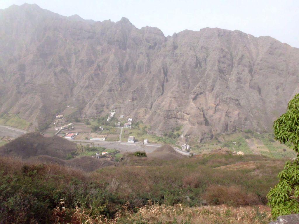 Steile Berge, grüne Täler