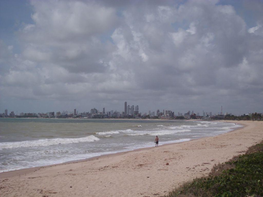 Der Strand, im Hintergrund die Skyline von Joao Pessoa