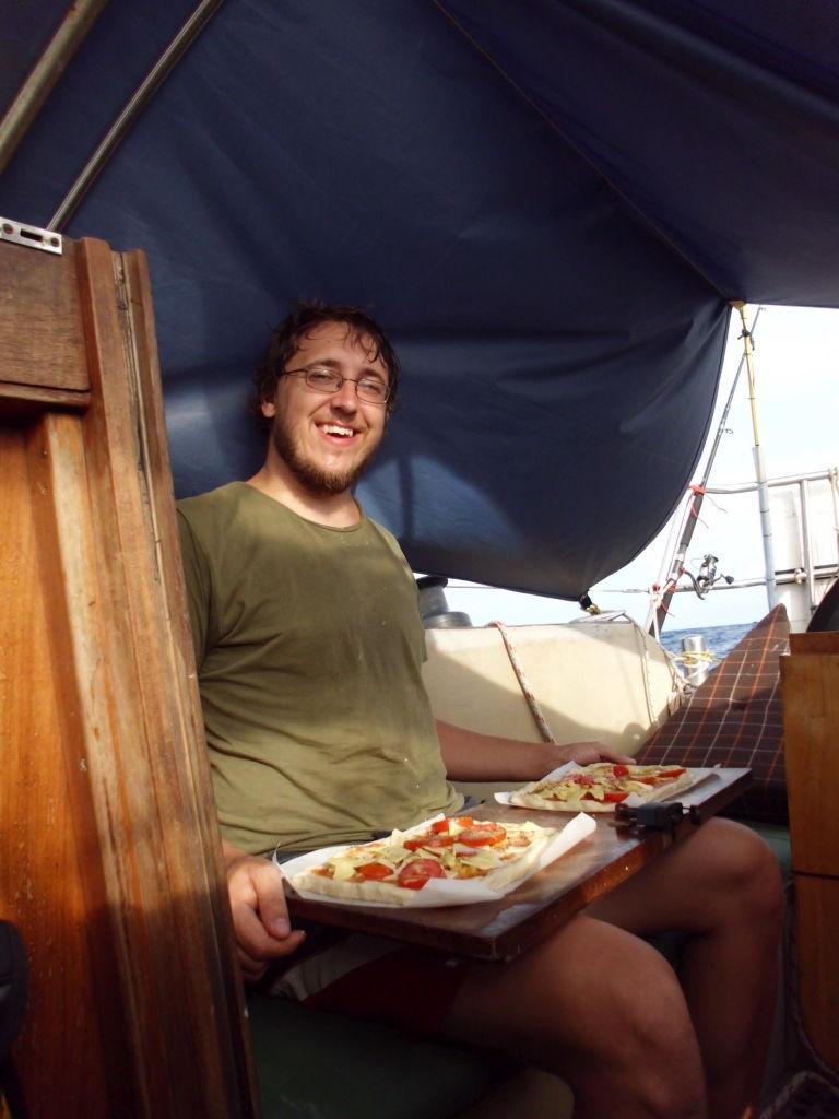 Pizza, rustikal am Steckschott serviert