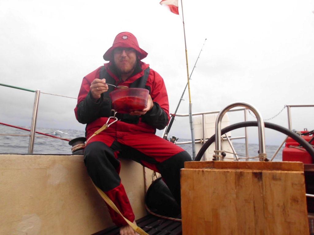 EIn echter Skipper lässt sich von einem Squall nicht von seinem Snack abhalten!