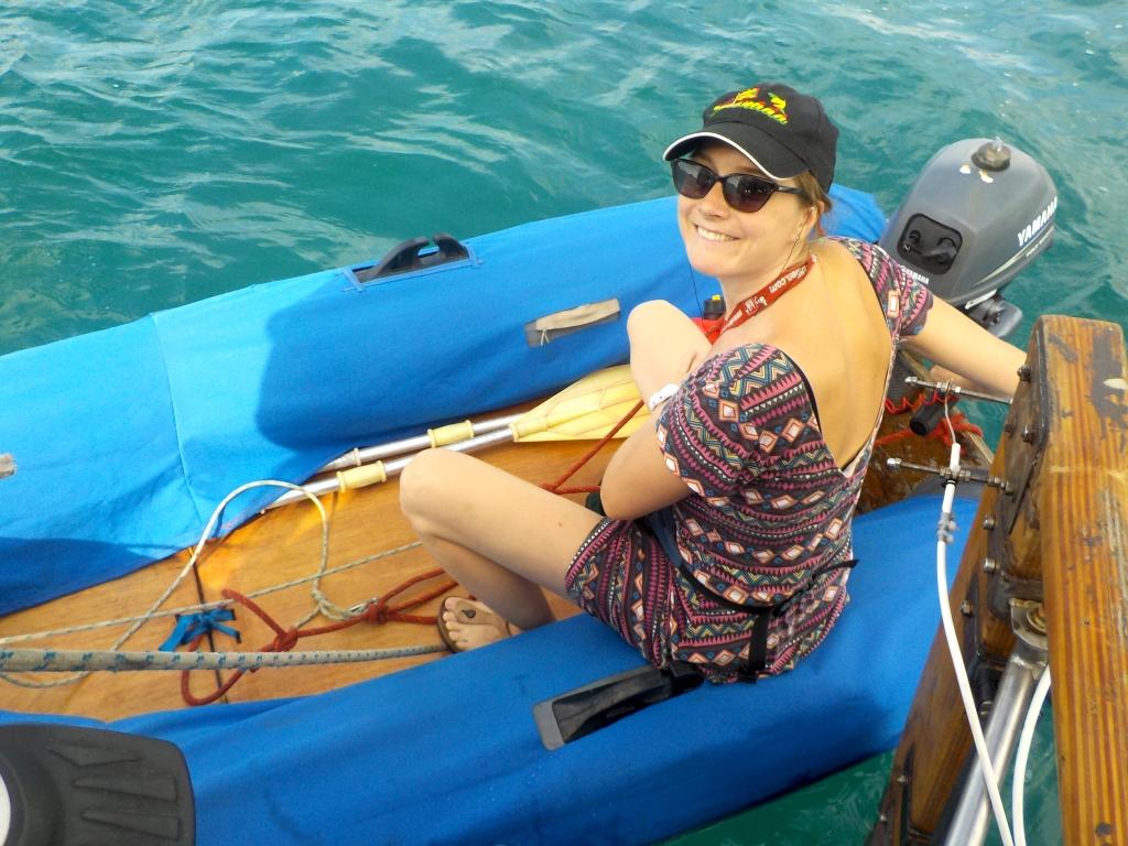 Jaqueline riskiert ihre erste DInghy-Fahrt ganz alleine
