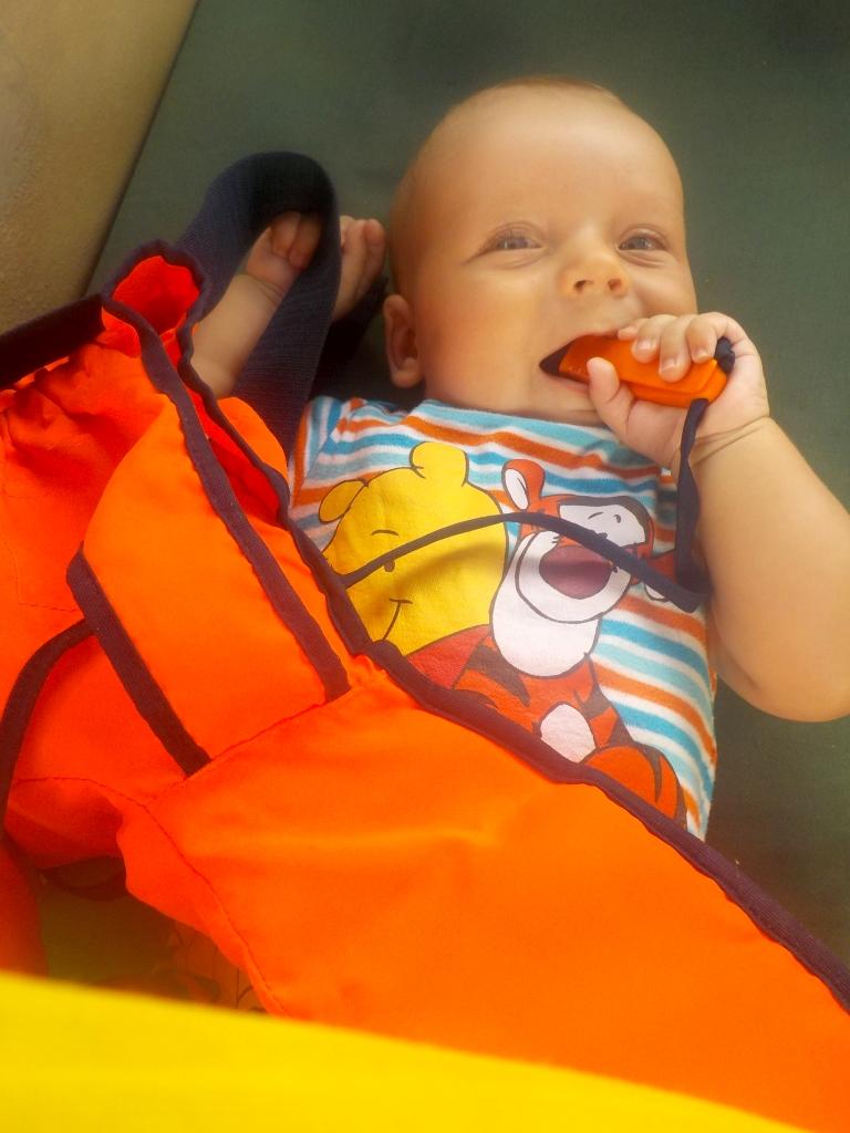 Willi untersucht seine Schwimmweste