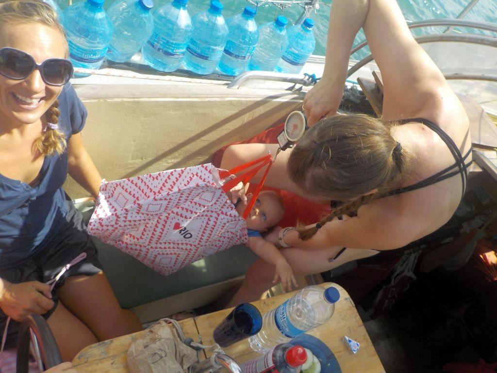 Anna ist Profi und zeigt uns, wie man Babys an Bord wiegt: Mit einer Fischwaage!