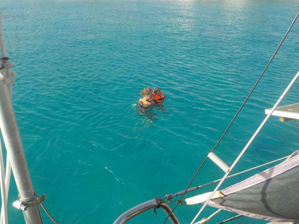 Schwimmen im türkisen Wasser, direkt neben dem Boot