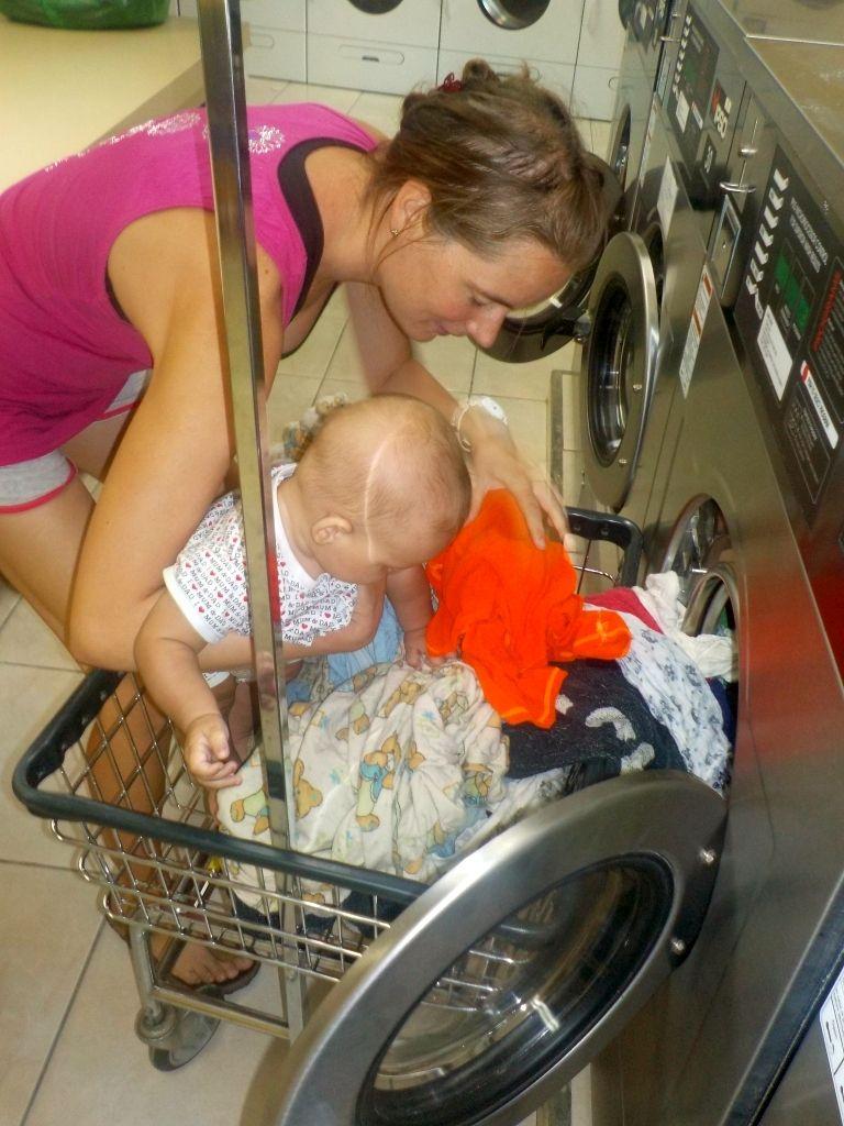 Willi hilft bei der Wäsche